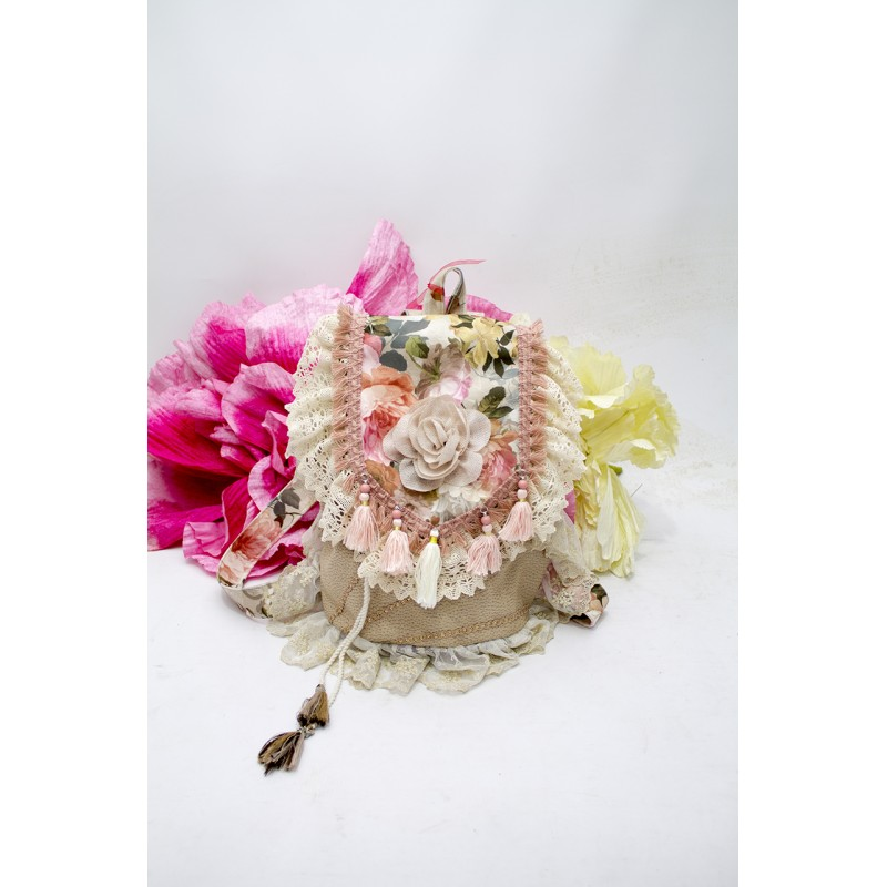 Mochila artesanal hecha a mano y adornada con motivos florales